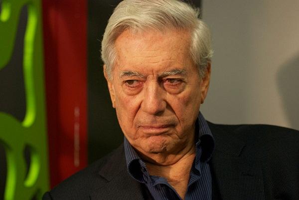 Premio Nobel de Literatura Vargas Llosa es hospitalizado tras sufrir caída