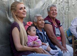 Paris Hilton compartiendo con familias mexicanas