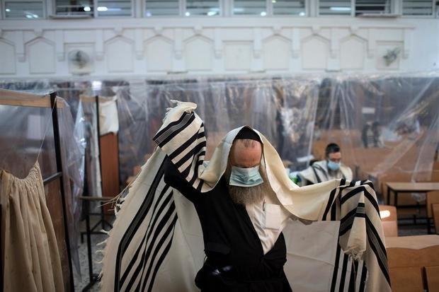 Un judío ultra-ortodoxo se protege con una mascarilla este jueves en una sinagoga de Jerusalén.