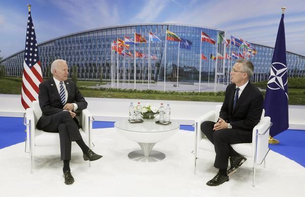 El presidente de Estados Unidos, Joe Biden, en un encuentro r el secretario general de la alianza, Jens Stoltenberg, antes del inicio de cumbre en Bruselas.