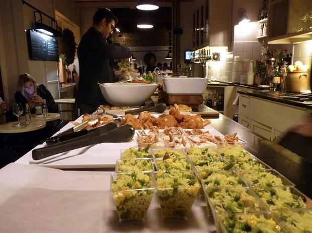 """La """"apericena"""" renueva el aperitivo italiano y ofrece cenar barato en Roma"""