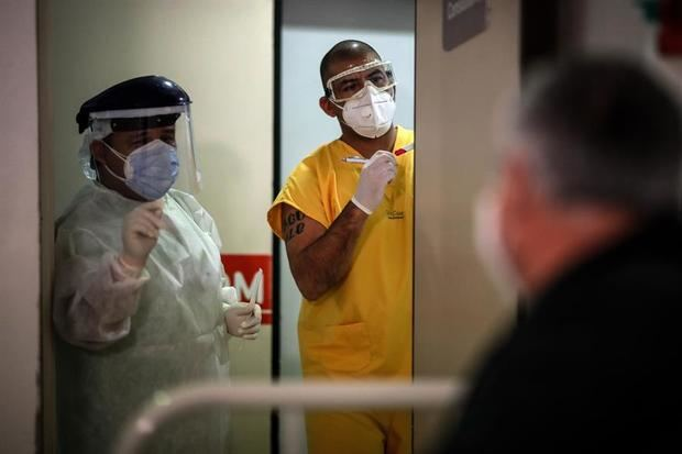 El Ministerio de Salud indicó en su reporte vespertino que hay 3.049 pacientes internados en camas de cuidados intensivos, lo que supone una ocupación del 59,8 % del total del país y del 68,1 % en el Área Metropolitana de Buenos Aires, AMBA.