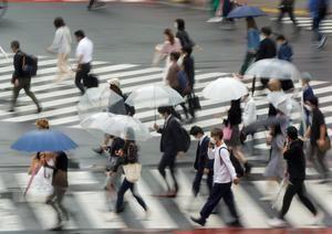 Japón vuelve a ampliar la alerta sanitaria mientras planea aliviar restricciones.