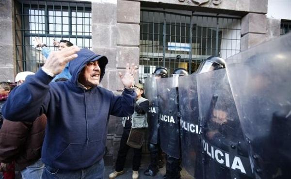 Marcha de apoyo a Correa se topa con la Policía junto a la Presidencia