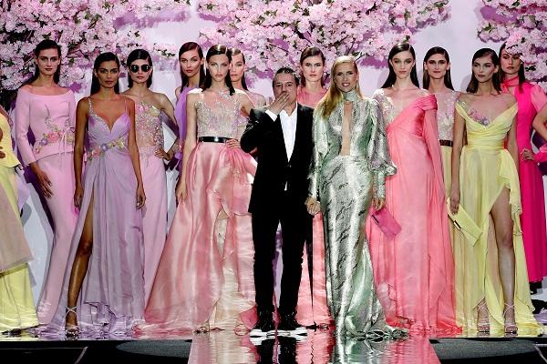Hannibal Laguna junto a las modelos que están luciendo su colección primavera-verano 2019.