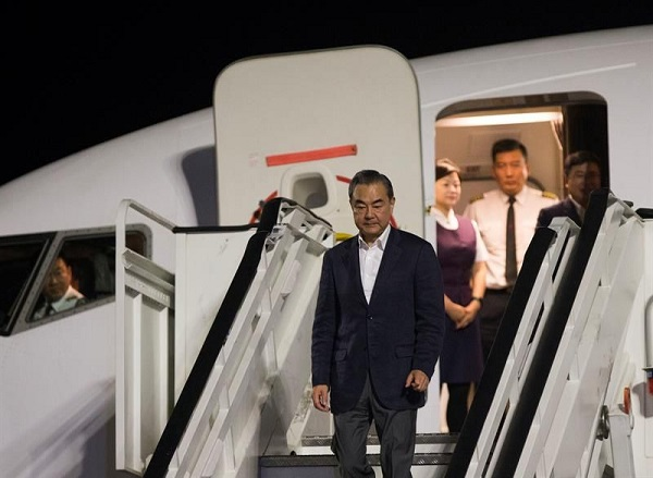 Canciller chino Wang llega al país en visita oficial