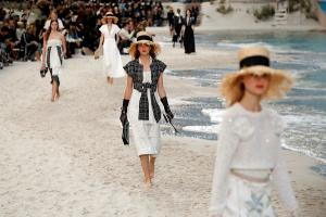 Desfile de moda en la playa