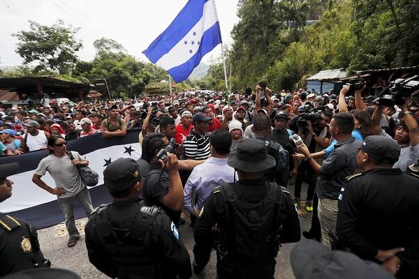 Caravana hondureña de migrantes cruza frontera de Guatemala