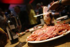 Jamón serrano español y vino chileno.
