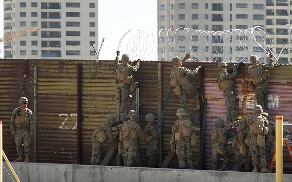 Trump autoriza a militares desplegados en la frontera con México a proteger a sus patrullas