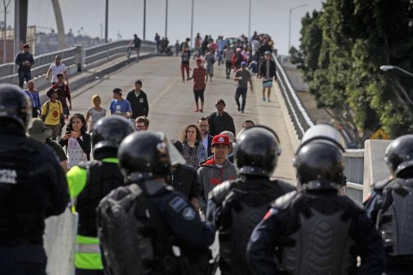 Policía Federal de México deteniendo a migrantes centroamericanos