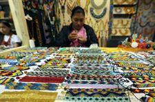 Expoartesanías reunirá los saberes ancestrales de Colombia y la innovación Una indígena de la etnia Embera Chamí del departamento de Caquetá vende pulseras y otros elementos durante la feria Expoartesanías en Bogotá (Colombia).