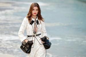 Chanel deja de utilizar pieles exóticas en sus accesorios Una modelo con una creación Primavera/Verano 2019 diseñada por Karl Lagerfeld para Chanel.