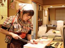 Mujeres en el sushi, desmontando mitos en la industria gastronómica de Japón Cada vez son más las chefs que hartas de clichés se lanzan a conquistar el sector del sushi, una industria predominantemente masculina en la que tienen que combatir la falacia de que la biología femenina no las hace adecuadas para prepararlo.