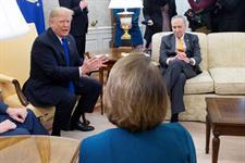 El presidente estadounidense, Donald J. Trump (I), se reúne con los líderes demócratas en la Cámara de Representantes y el Senado, Nancy Pelosi (c-espaldas) y Chuck Schumer (d) en el Despacho Oval de la Casa Blanca.