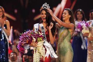 La nueva Miss Universo 2018, la filipina Catriona Gray (i) es coronada por su antecesora Miss Universo 2017, la sudafricana Demi-Leigh Nel-Peters (d) en Bangkok.