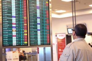 La aerolínea venezolana Laser Airlines abre ruta Guayaquil-Caracas Los vuelos de Guayaquil a Caracas serán los martes, viernes y domingos, mientras que los aviones viajarán de la capital venezolana a la ciudad ecuatoriana los lunes, jueves y sábados.