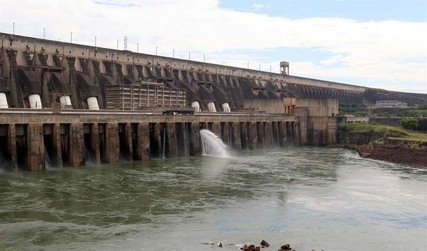 La central hidroeléctrica Itaipú, situada en la frontera entre Paraguay y Brasil, se convirtió en 2018 en un atractivo turístico que llevó a 740.000 visitantes a apreciar sus megalómanas instalaciones, según datos de las autoridades del lado paraguayo de la represa binacional.