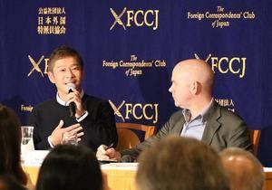 El empresario nipón Yusaku Maezawa (i), en octubre de 2018, en Tokio, tras anunciarse que la compañía aeroespacial SpaceX, propiedad de Elon Musk, lo ha elegido para convertirse en el primer turista espacial de la historia. Maezawa, que tiene previsto realizar un viaje de una semana alrededor de la Luna en 2023, se convirtió en el más retuiteado tras prometer dinero.