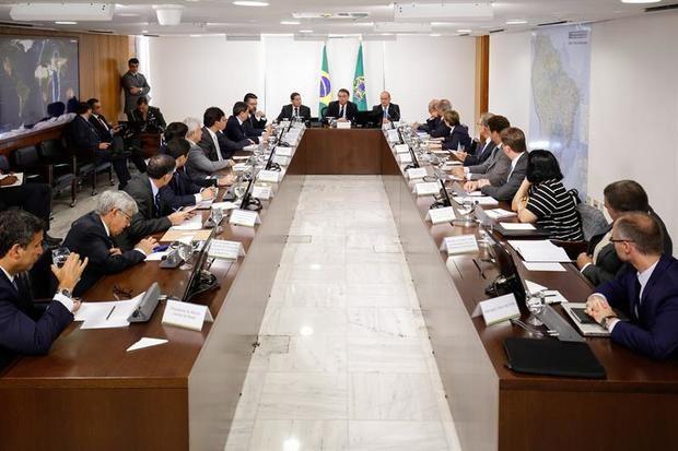 """Bolsonaro reúne a sus ministros y pide prisa pues """"el país no puede esperar"""""""