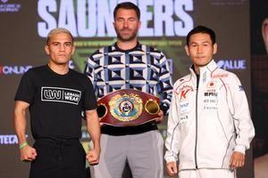 Fotografía cedida por Matchroom donde aparecen los boxeadores, el mexicano Edwin Soto (i) y el japonés Katsunri Takayama (d), mientras participan en el día de rueda de prensa hoy, en Arlington, Texas, EE.UU.