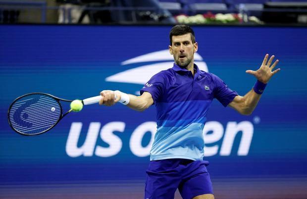 El serbio Novak Djokovic fue registrado este miércoles al devolverle una bola al italiano Matteo Berrettini, durante un partido de los cuartos de final del Abierto de tenis de Estados Unidos, en el USTA National Tennis Center, en Flushing Meadows, Nueva York, EE.UU.