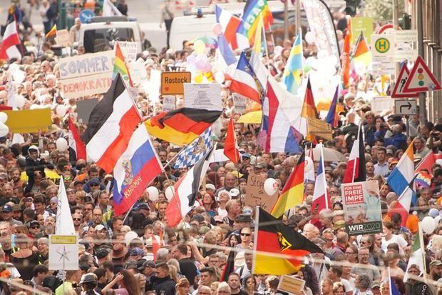 Berlín asiste a otra desafiante marcha del negacionismo