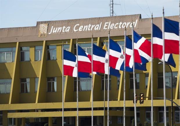 Vista de la sede de la Junta Central Electoral (JCE) donde han acudido los cinco partidos políticos que notificaron ante esta institución su decisión de celebrar primarias simultáneas en distintas modalidades en Santo Domingo.