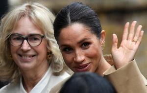 Meghan (d), esposa del príncipe Enrique de Inglaterra, llega a la entidad Smart Works, que ayuda a mujeres vulnerables a acceder al mercado laboral.