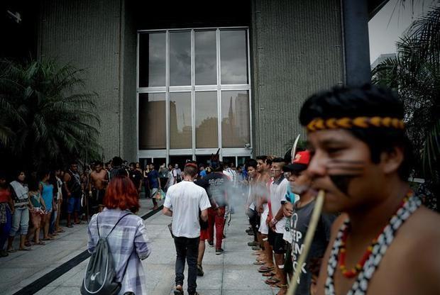 Indígenas de la etnia Guaraní se reúnen hoy, frente a la sede de la Fiscalía en Sao Paulo (Brasil) para protestar en contra de la decisión del presidente brasileño, Jair Bolsonaro, de encargar al Ministerio de Agricultura la demarcación de nuevas reservas indígenas.