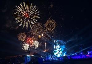 Fuegos artificiales sobre una torre iluminada durante la ceremonia de apertura de la Capital Europea de la Cultura 2019 en Plovdiv, Bulgaria.