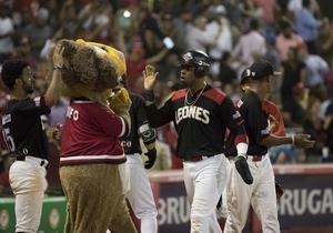Wilkin Castillo (c), de los Leones del Escogido, fue registrado este lunes al anotar una carrera, durante un partido del Torneo Invernal de Béisbol en Rep. Dominicana, ante los Tigres del Licey, en el estadio Quisqueya de Santo Domingo (República Dominicana).
