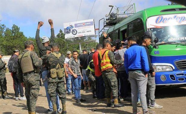 Caravana de hondureños avanza dispersa hacia Guatemala pese a advertencias