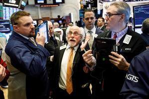 Agentes de Bolsa realizan su trabajo este viernes en el parqué de Nueva York, Estados Unidos.