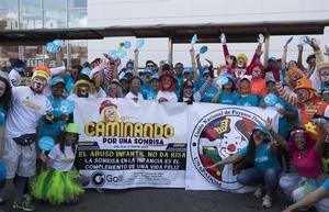 Miembros de Unicef reciben a un un grupo de payasos, realiza una caminata bajo el lema 'El abuso infantil no da risa' para llamar la atención contra el abuso infantil .