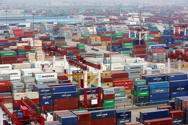 Foto de archivo de una multitud de contenedores en el puerto de Qingdao ( China).