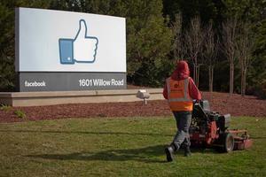 Fotografía de archivo fechada el 31 de enero de 2012 que muestra a un jardinero cortando el césped frente a la nueva sede corporativa de Facebook en Menlo Park, California, EE. UU.