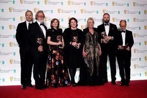 De (i-d) El productor Andrew Lowe, Tony McNamara, Deborah Davis, Lee Magiday, Ceci Dempsey, director Yorgos Lanthimos y Ed Guiney posan durante la celebración de la 72 edición anual de los premios BAFTA e Londres.