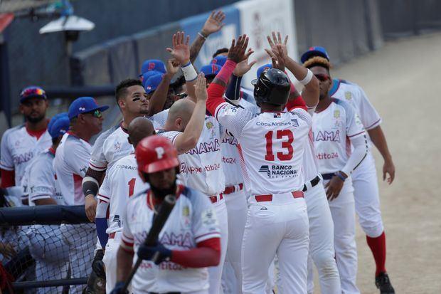 Jugadores de los Toros de Herrera de Panamá celebran tras anotar ante los Leñadores de las Tunas de Cuba durante la final de la Serie del Caribe disputada este domingo en el Estadio Nacional Rod Carew de Ciudad de Panamá.