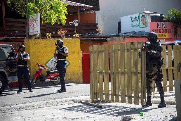 Policías y militares son vistos durante una protesta este lunes en Puerto Príncipe (Haití).