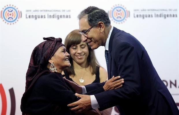 El presidente de Perú, Martín Vizcarra (d), saluda a la líder indígena de la etnia jaqaru, Yolanda Payano (i), este martes durante la ceremonia de lanzamiento del Año Internacional de las Lenguas Indígenas 2019, en Lima (Perú).