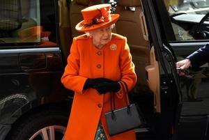 La reina Isabel II de Inglaterra sonríe a su llegada este jueves al Museo de Ciencias en Londres (Reino Unido), para inaugurar un nuevo centro de apoyo llamado Smith Centre.