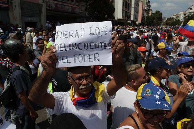 Simpatizantes del líder del Parlamento, Juan Guaidó, se manifiestan este sábado cerca de la avenida Victoria, en Caracas (Venezuela).