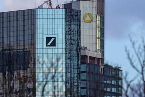 Vista de las sedes de los bancos alemanes Deutsche Bank (i) y el Commerzbank en Fráncfort (Alemania), ayer lunes.
