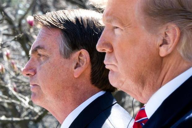 El presidente de Estados Unidos, Donald Trump (d), ofrece una rueda de prensa junto a su homólogo brasileño, Jair Bolsonaro (i), tras una reunión celebrada en la Casa Blanca, este martes en Washington (Estados Unidos).
