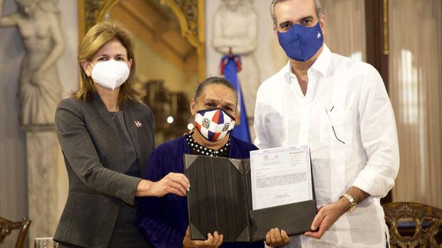 274 familias reciben del presidente Abinader certificados de títulos en Villa Altagracia.