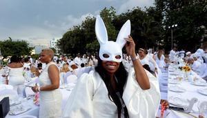 Unos 500 comensales de diversos países participan por primera vez en 'Le Dîner en Blanc' (La cena en blanco), celebrada este sábado en el jardín de un céntrico hotel, en La Habana (Cuba).