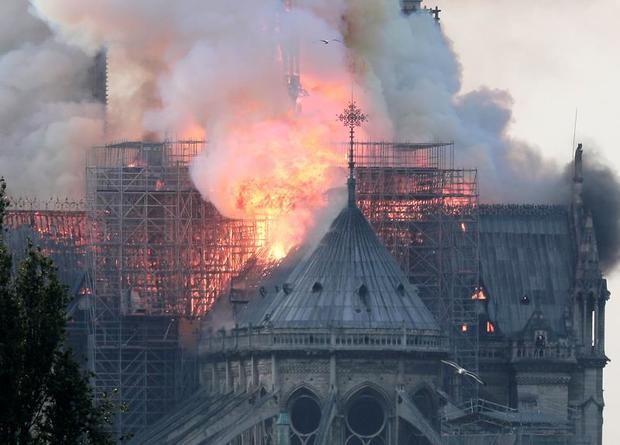 Cae la aguja central de la catedral de Notre Dame de París tras el incendio