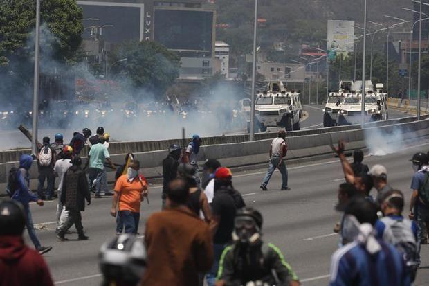 """El Gobierno amenaza con usar las armas ante el """"golpe"""" en Venezuela"""
