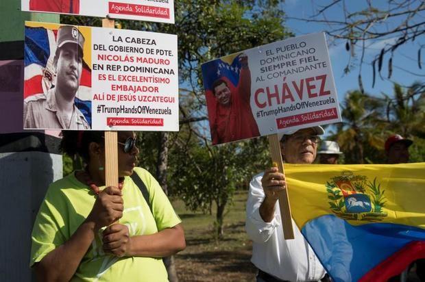 Grupos a favor y en contra de Maduro en la embajada de Venezuela